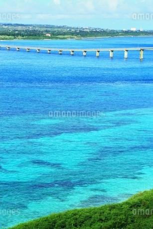 来間大橋と青い海の写真素材 [FYI01817601]