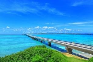池間大橋と青い海の写真素材 [FYI01817655]