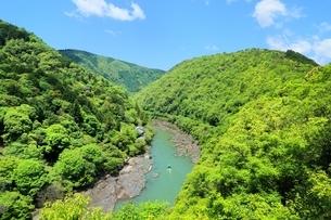 新緑の嵐山と保津峡の写真素材 [FYI01817823]