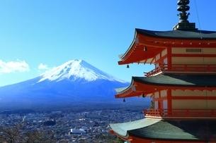 新倉浅間神社より望む富士山の写真素材 [FYI01818015]