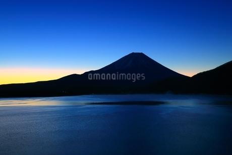 本栖湖より望む夜明け前の富士山の写真素材 [FYI01818016]