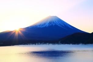 本栖湖より望む日の出と富士山の写真素材 [FYI01818038]