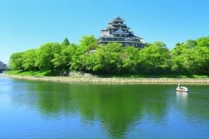 新緑の岡山城と旭川にボートの写真素材 [FYI01818040]