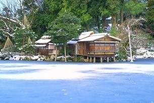 雪の兼六園 内橋亭と霞ヶ池の写真素材 [FYI01818052]
