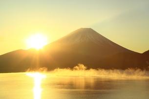 本栖湖より望む日の出と富士山の写真素材 [FYI01818059]
