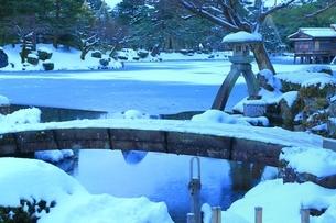 雪の兼六園 ことじ灯籠の写真素材 [FYI01818082]