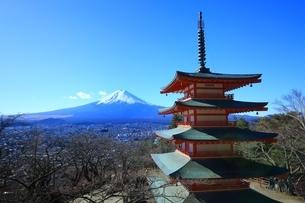 新倉浅間神社より望む富士山の写真素材 [FYI01818108]