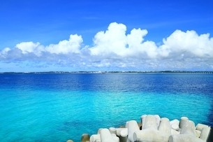 テトラポットと宮古島の青い海の写真素材 [FYI01818231]
