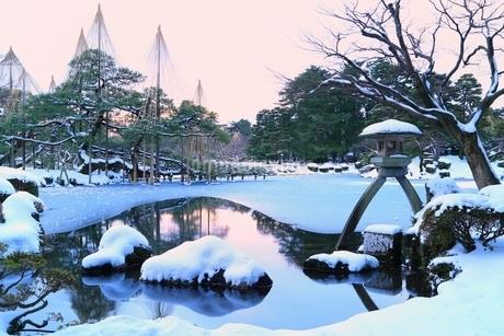 雪の兼六園 ことじ灯籠の写真素材 [FYI01818257]