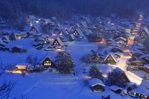 雪の白川郷の夜景の写真素材 [FYI01818279]