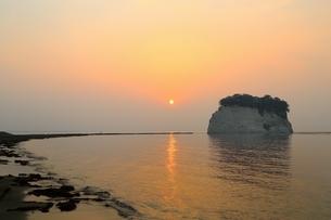 朝日と見附島の写真素材 [FYI01818321]