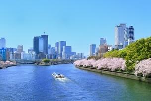 桜咲く南天満公園と大川にアクアライナーの写真素材 [FYI01818328]
