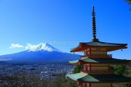 新倉浅間神社より望む富士山の写真素材 [FYI01818357]