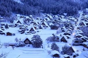 雪の白川郷の夕景の写真素材 [FYI01818363]
