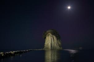 見附島ライトアップと満月の写真素材 [FYI01818365]