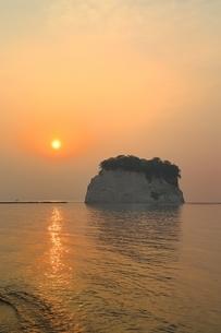 朝日と見附島の写真素材 [FYI01818370]