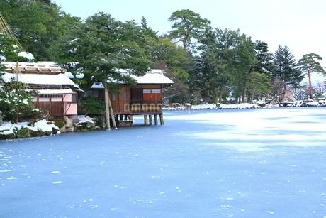 雪の兼六園 内橋亭と霞ヶ池の写真素材 [FYI01818371]