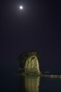 見附島ライトアップと満月の写真素材 [FYI01818392]