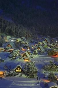 雪の白川郷の夜景 ライトアップの写真素材 [FYI01818440]
