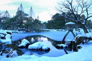雪の兼六園 ことじ灯籠の写真素材 [FYI01818519]