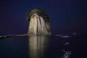 見附島ライトアップの写真素材 [FYI01818613]
