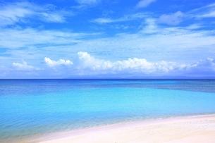 波照間島のニシ浜と夏空の写真素材 [FYI01818617]