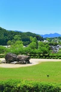新緑の石舞台古墳と二上山の写真素材 [FYI01818680]