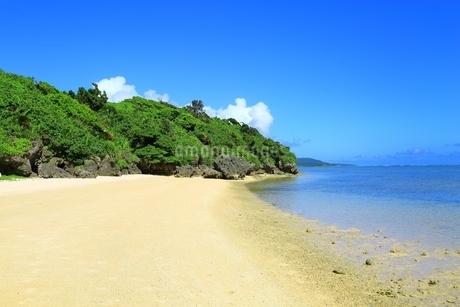 小浜島・白い砂浜のビーチと青い海の写真素材 [FYI01818713]