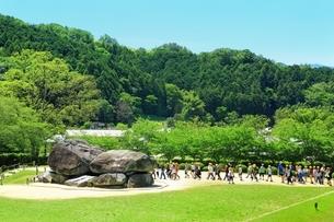 新緑の石舞台古墳と遠足の児童の写真素材 [FYI01818930]