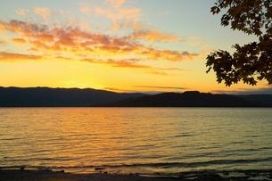 屈斜路湖・砂湯の夕景の写真素材 [FYI01818938]