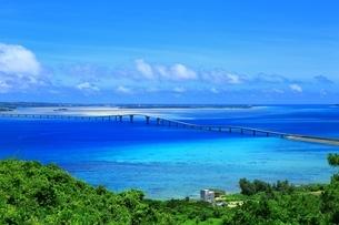 宮古島の青い海と夏空に伊良部大橋の写真素材 [FYI01818944]