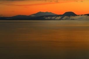 朝の屈斜路湖より斜里岳を望むの写真素材 [FYI01818953]