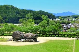 新緑の石舞台古墳と飛鳥の写真素材 [FYI01818986]