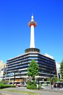 京都駅前と京都タワーの写真素材 [FYI01818998]