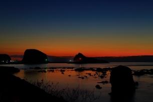 ウトロ港の夕暮れの写真素材 [FYI01819037]