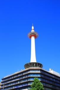 京都タワーと青空の写真素材 [FYI01819106]