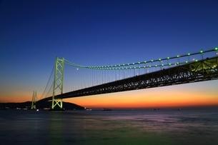 明石海峡大橋ライトアップの写真素材 [FYI01819107]