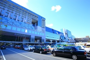 JR京都駅と京都駅前の写真素材 [FYI01819135]