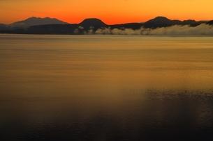 朝の屈斜路湖より斜里岳を望むの写真素材 [FYI01819477]