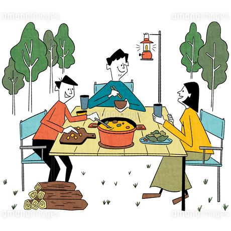 キャンプで夕食を楽しむ家族のイラスト素材 [FYI01819484]