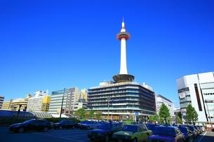 京都駅前と京都タワーの写真素材 [FYI01819583]
