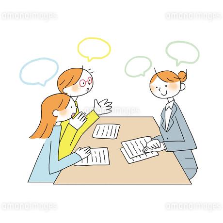 テーブルを囲みアドバイザーに相談をする夫婦のイラスト素材 [FYI01819698]