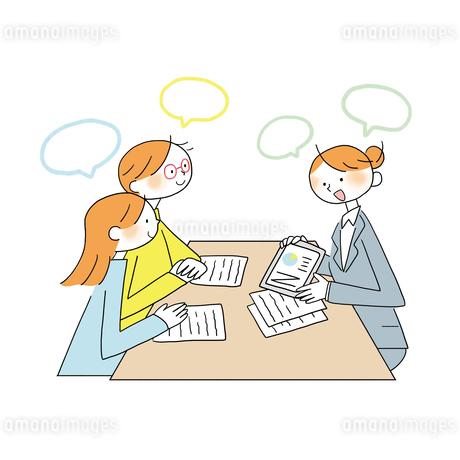 テーブルを囲みタブレットで説明を受ける夫婦のイラスト素材 [FYI01819714]