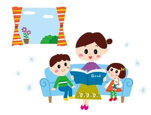 ソファーで子供に本を読み聞かせるママのイラスト素材 [FYI01819738]