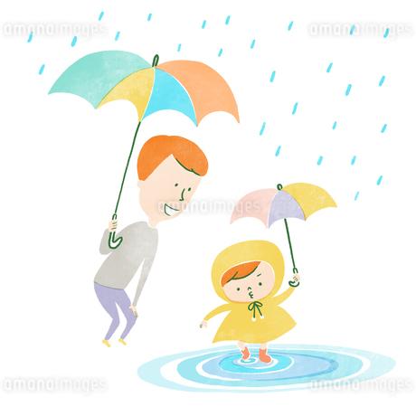 雨の日に傘をさして水たまりで遊ぶ父と子のイラスト素材 [FYI01819886]