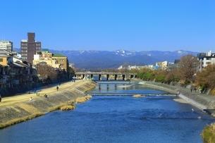 京都 四条大橋から望む鴨川の写真素材 [FYI01819898]