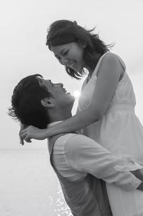 見つめ合う幸せそうな新郎新婦の写真素材 [FYI01819960]