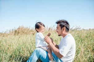 草原で戯れる親子の写真素材 [FYI01819998]