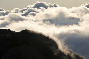 旭岳稜線と雲の輝きの写真素材 [FYI01820007]