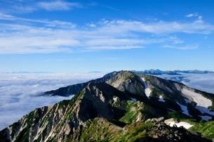 白馬岳山頂から望む杓子岳と北アルプスの峰々の写真素材 [FYI01820018]